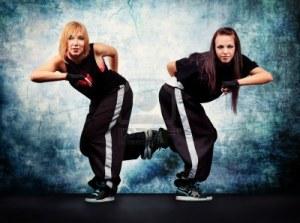 12309288-modernos-adolescentes-bailando-hip-hop-en-el-estudio